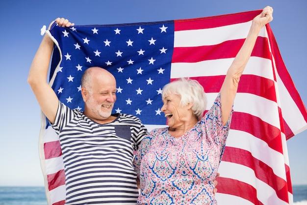 Couple senior tenant le drapeau américain ensemble