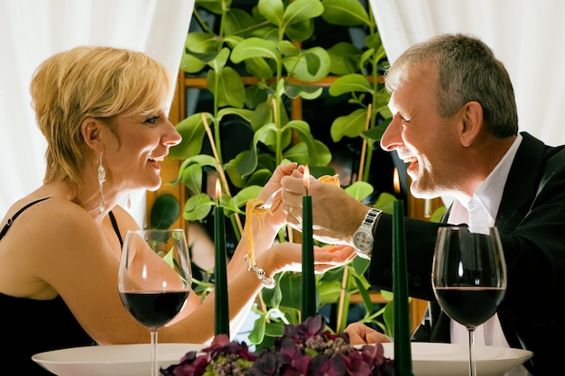 Couple senior en train de dîner romantique dans un restaurant chic