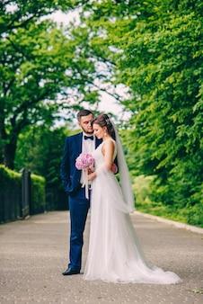 Couple sensuel de jeunes mariés restant ensemble