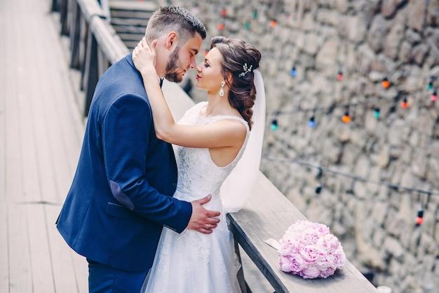 Couple sensuel de jeunes mariés se touchant le nez