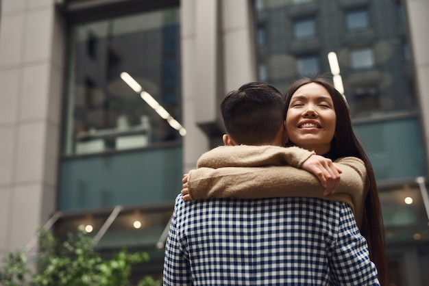 Couple de sentiments inspirés embrassant à la rue.