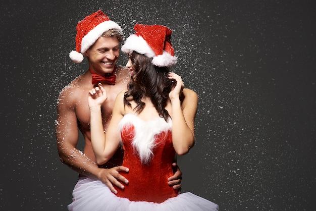 Couple sexy parmi les flocons de neige