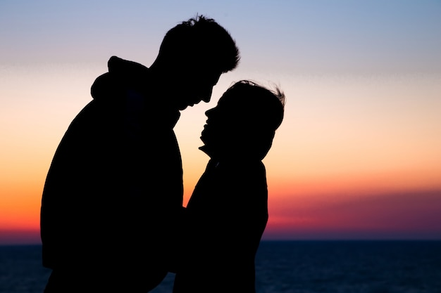 Couple silhouette amoureux