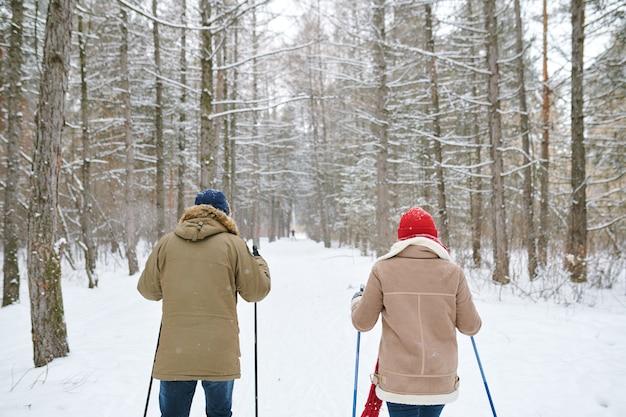 Couple, ski, dos, vue