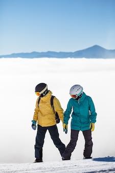 Couple de skieurs ski dans les montagnes