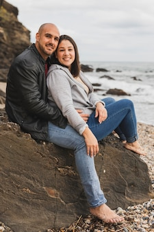 Couple de smiley au bord de mer
