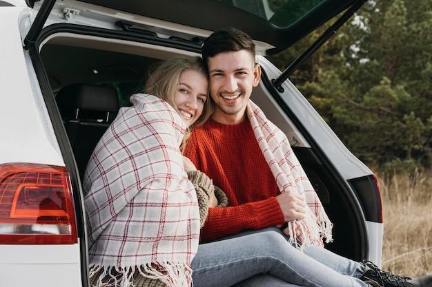 Couple smiley coup moyen avec couverture