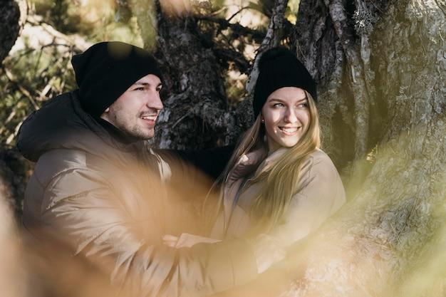 Couple smiley coup moyen dans la nature