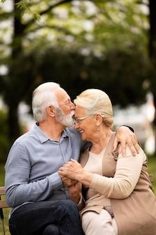 Couple de smiley coup moyen à l'extérieur