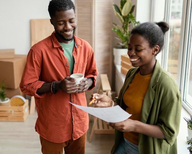 Couple smiley envisage de redécorer la maison