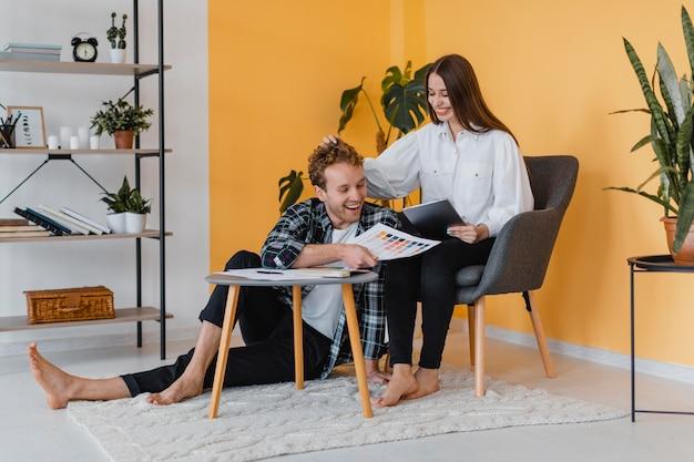 Couple smiley fait des plans pour redécorer la maison