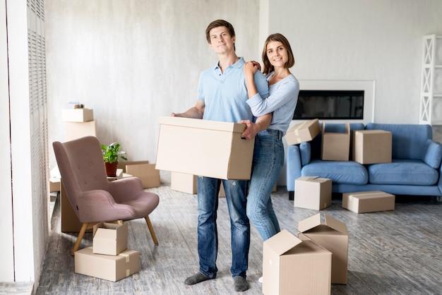 Couple de smiley à la maison le jour du déménagement