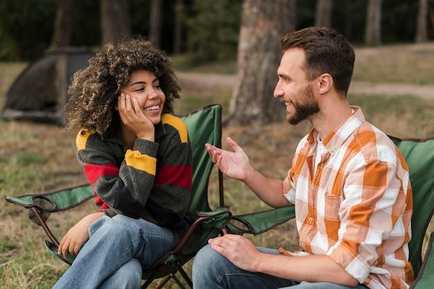 Couple de smiley passer du temps ensemble à l'extérieur