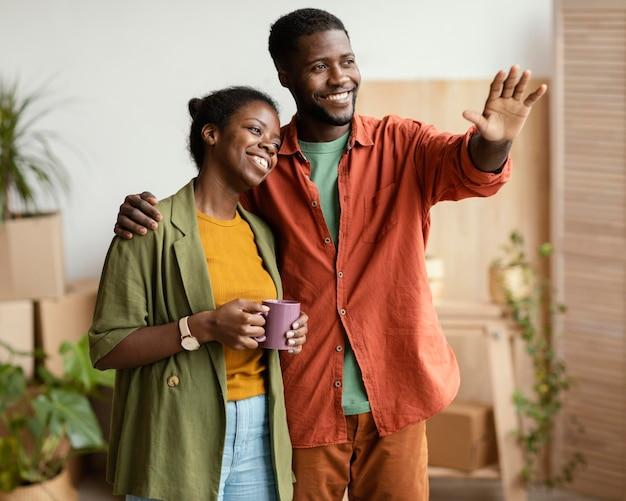 Couple de smiley prévoyant de redécorer la maison