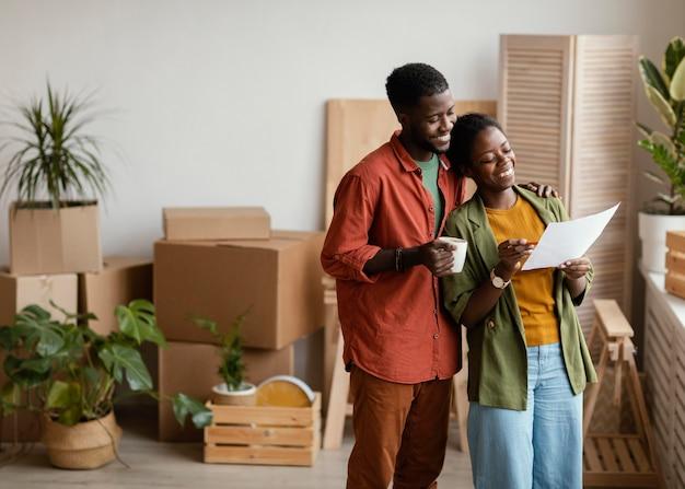 Couple de smiley prévoyant de redécorer le ménage