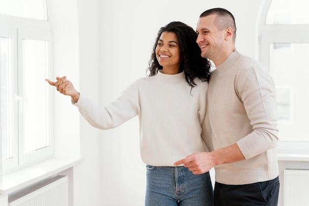 Couple de smiley profitant de leur nouvelle maison