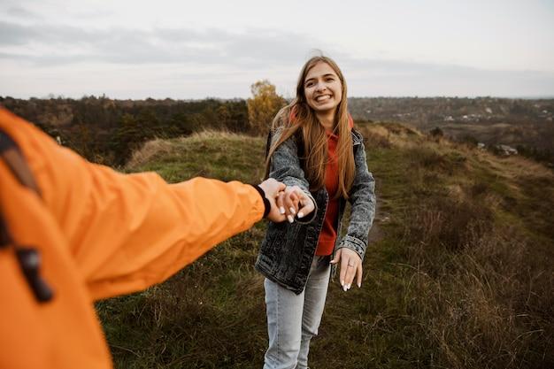 Couple de smiley profitant d'un road trip ensemble