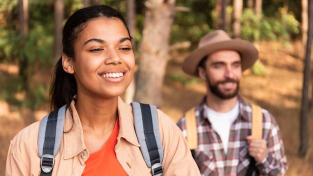 Couple de smiley voyageant ensemble