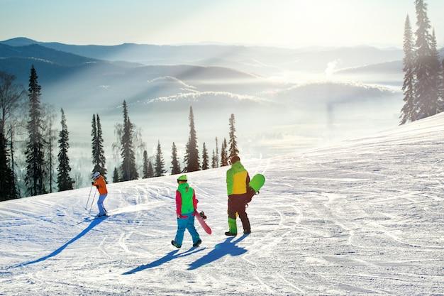 Couple avec snowboard station de ski neige hiver montagne