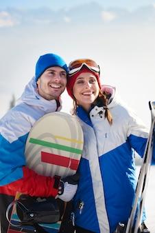 Couple de snowboardeurs dans les montagnes