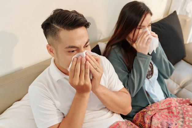 Couple soufflant le nez