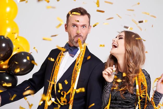 Couple avec souffleur de klaxon faire la fête