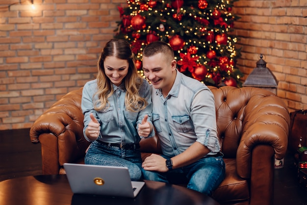 Un couple souhaite joyeux leurs proches via une caméra web