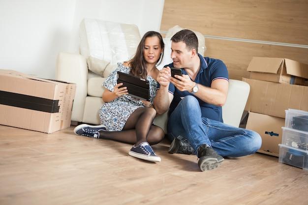 Couple souriant achetant de nouveaux meubles pour leur maison. couple de détente dans leur nouvelle maison