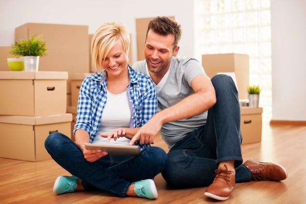 Couple souriant, acheter de nouveaux meubles pour leur maison