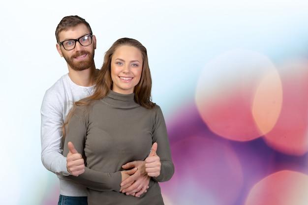 Couple souriant amoureux montrant