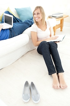 Couple souriant, avoir du temps libre ensemble