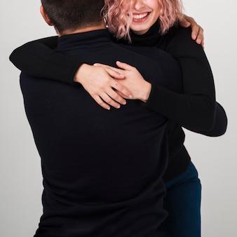 Couple souriant embrassé pour la saint-valentin