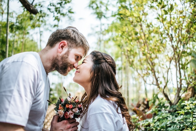 Couple souriant heureux diversité au moment de l'amour ensemble