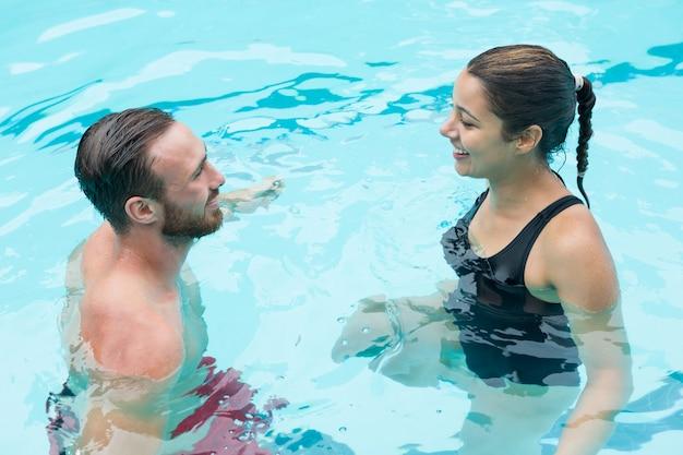 Couple souriant interagissant les uns avec les autres
