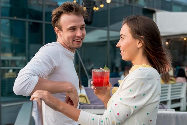 Couple souriant lors d'une fête