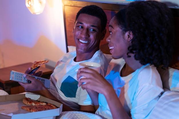 Couple souriant de plan moyen à la maison