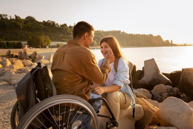 Couple souriant plein coup à l'extérieur