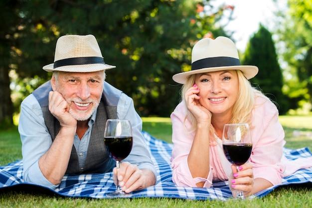 Couple souriant posant pour la vue de face