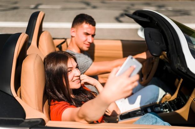 Couple souriant prenant un selfie