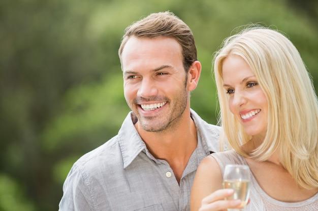 Couple souriant à la recherche de suite