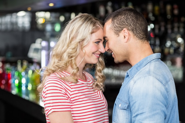 Couple souriant se regardant