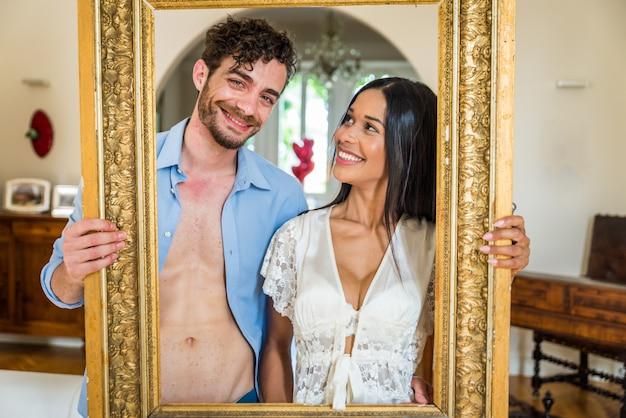 Couple souriant trought un cadre