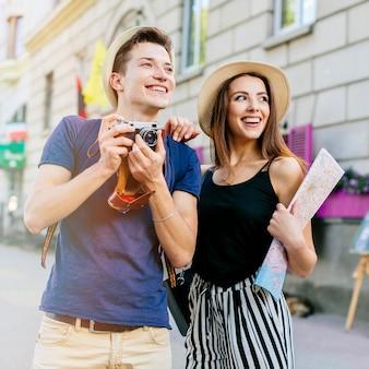 Couple Souriant En Vacances Photo Premium