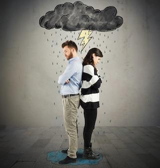 Couple sous les nuages avec la foudre et la pluie