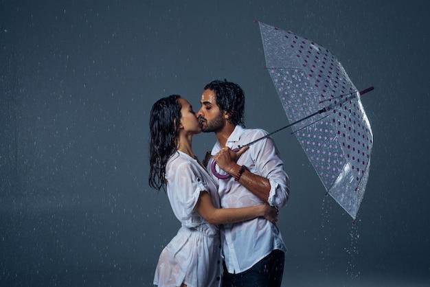 Couple sous la pluie