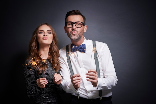 Couple avec sparkler faisant face de canard