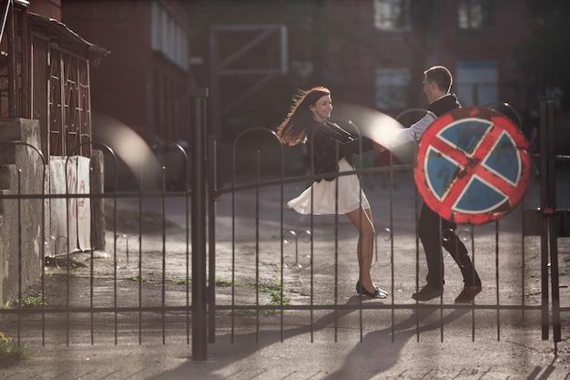 Couple spinning tenant la main