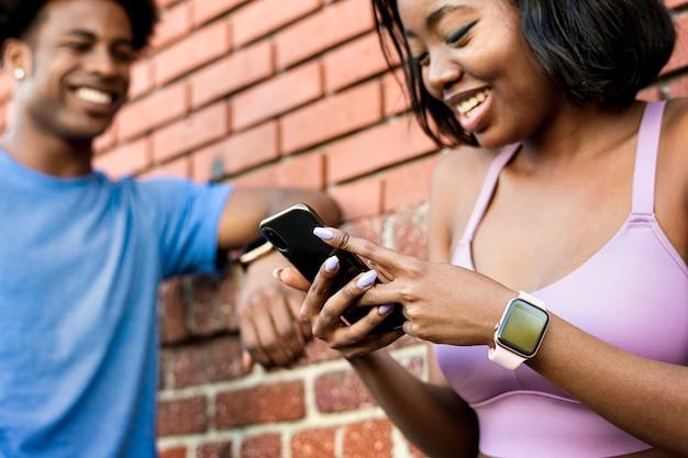 Couple Sportif à L'aide D'un Smartphone Photo Premium