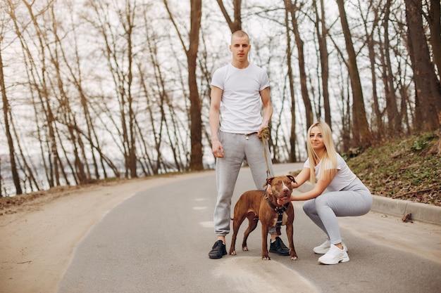 Couple sportif dans un parc d'été