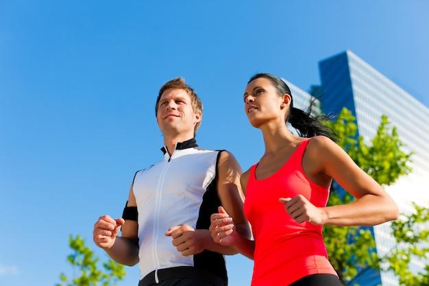 Couple sportif jogging dans la ville